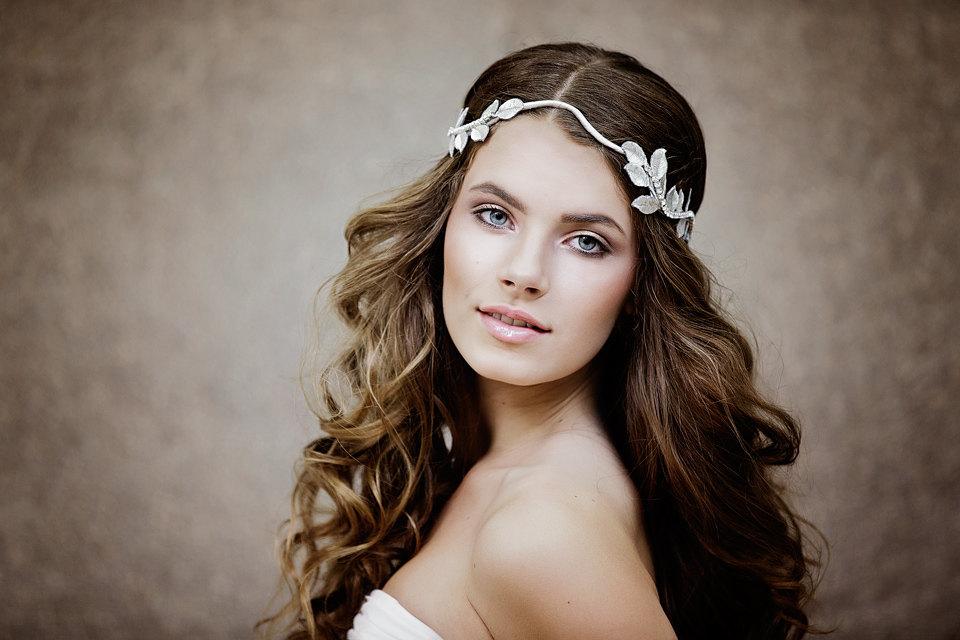 Acconciatura da sposa alla greca con capelli sciolti