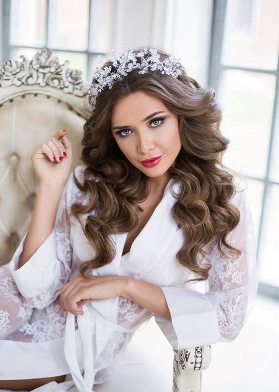 La tiara indossata su capelli sciolti