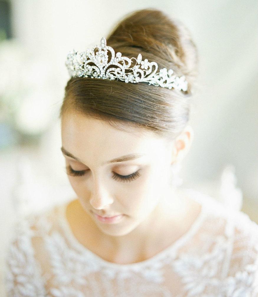 Raccolto alto con tiara principesca