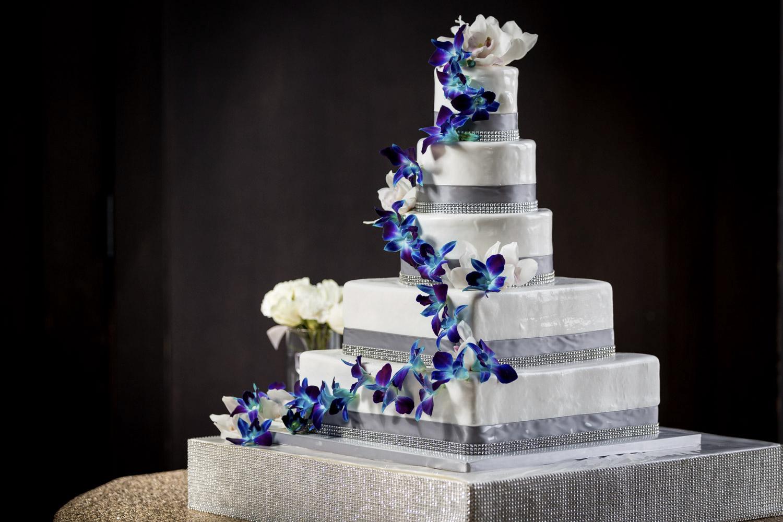 Torta bianca con cascata di orchidee blu