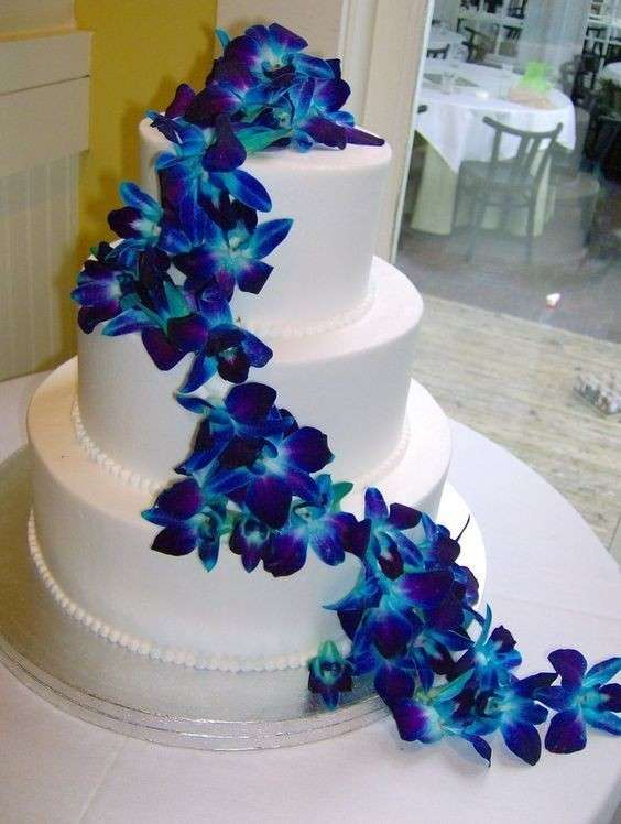 Torta bianca decorata con orchidee blu