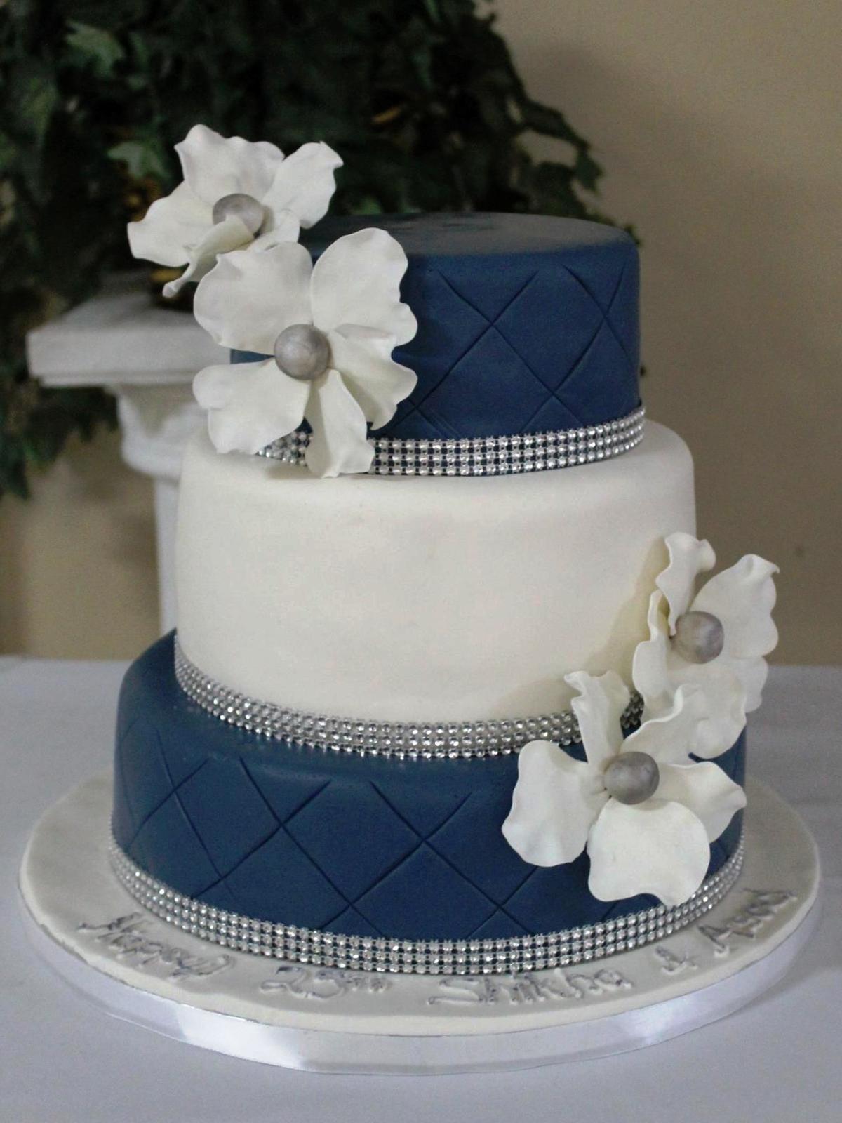 Torta nuziale bianca e blu semplice