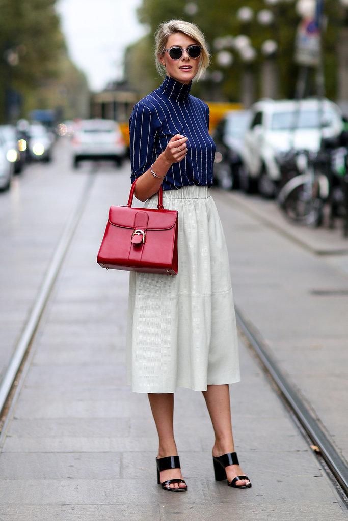 Borsa rossa e pantaloni culotte bianchi