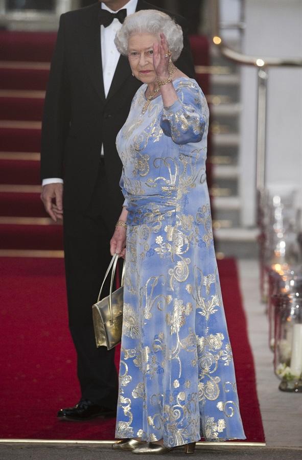Elisabetta II con abito azzurro