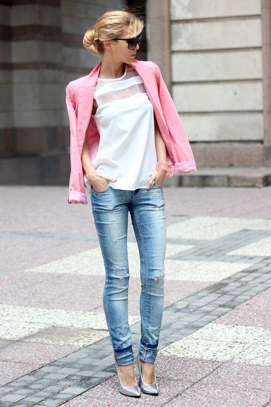 Jeans stretti abbinati ai tacchi alti