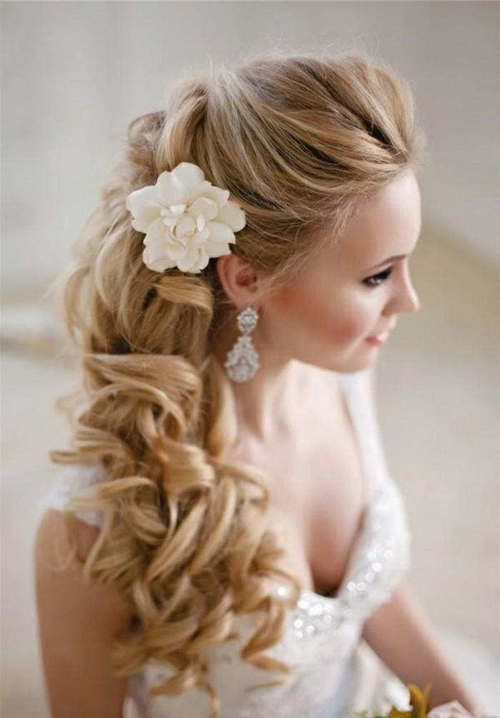 Look da sposa con fermaglio floreale