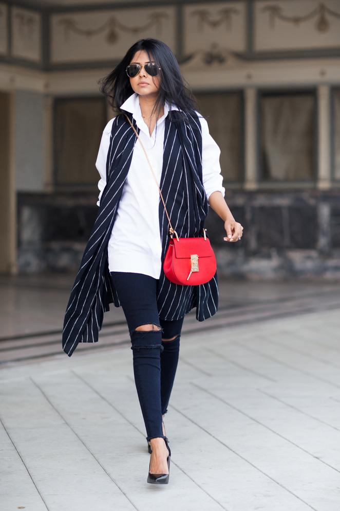 Pantaloni neri e borsa rossa