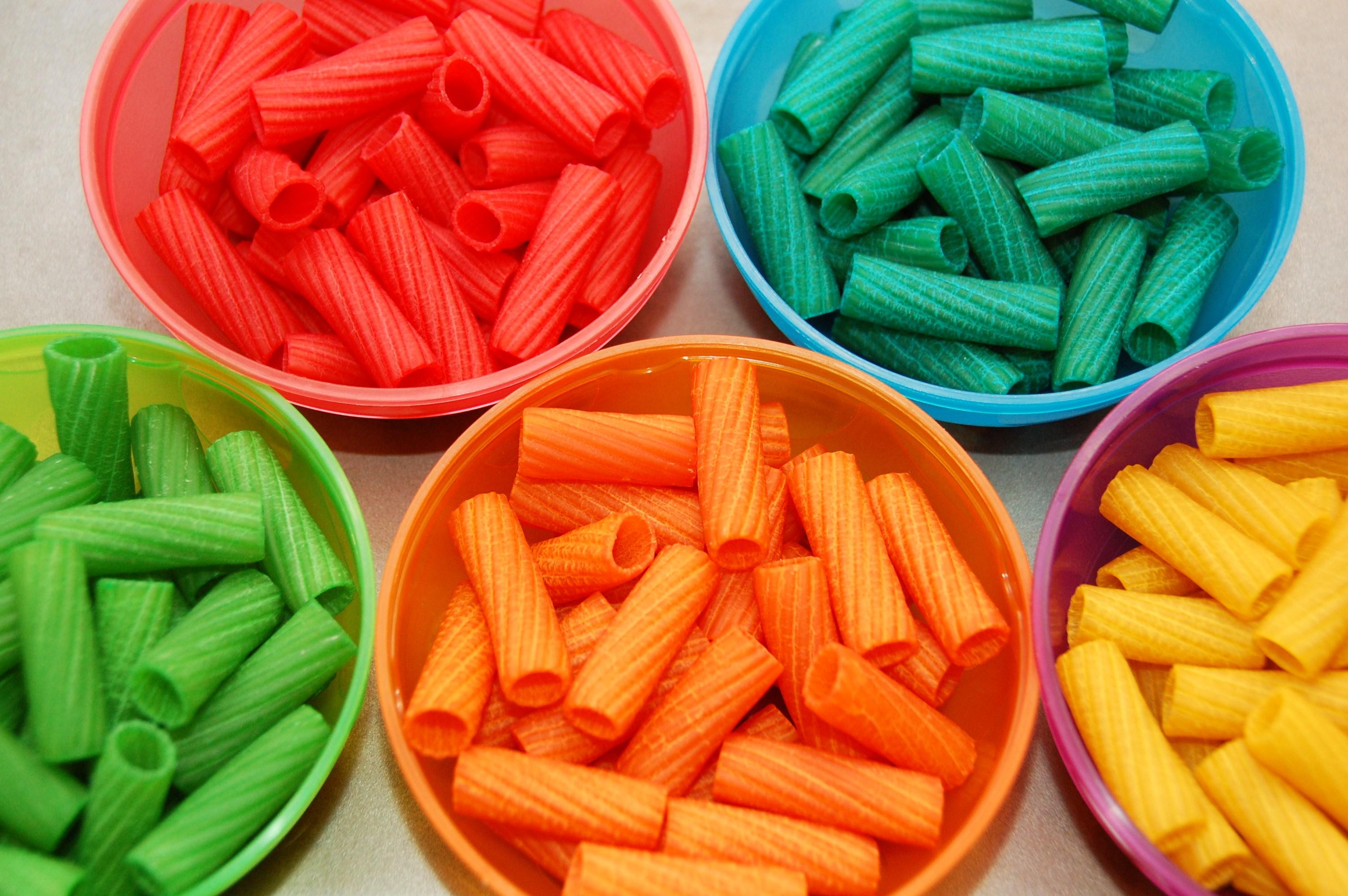 Lavoretti con la pasta cruda: tante idee per i bambini