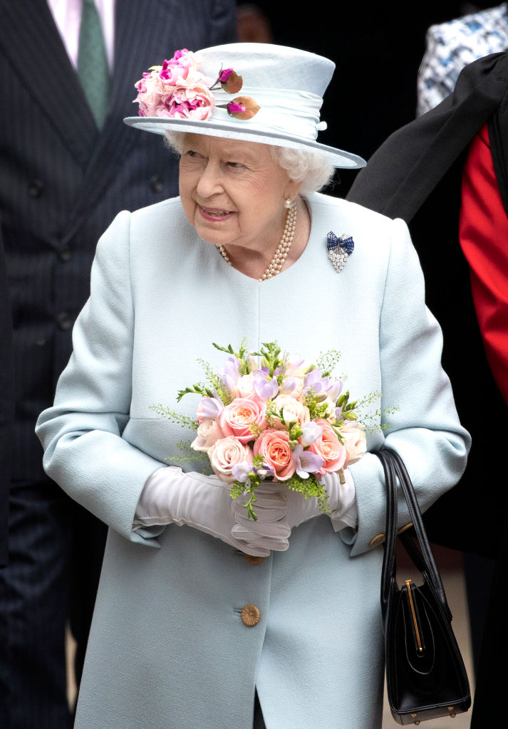 Regina Elisabetta mentre visita Canongate Kirk a Edinburgh