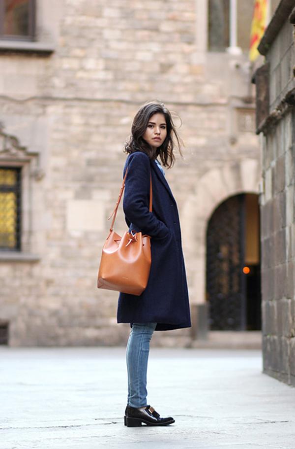 Cappotto blu e borsa marrone