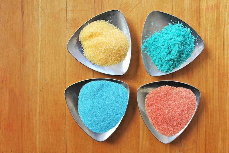 Come colorare il sale, dai gessetti alle tempere