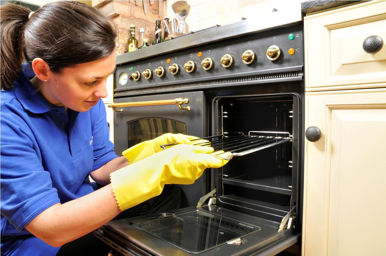 Come pulire le teglie e le griglie del forno
