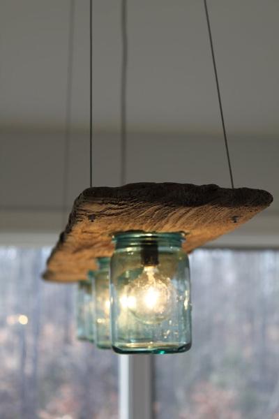 Lampadario in legno e barattoli
