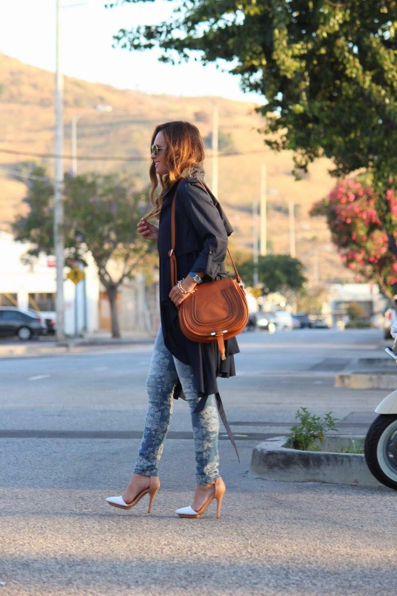 Look da giorno con borsa marrone