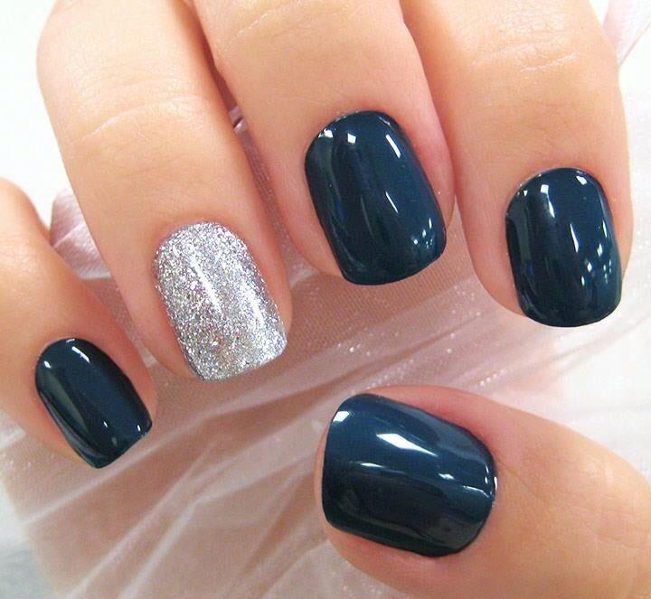 Manicure blu con glitter