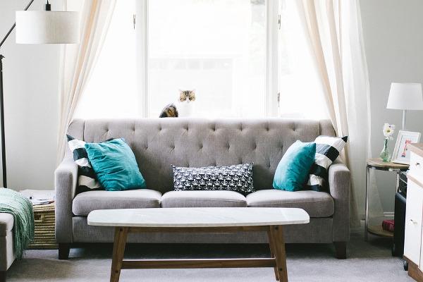 Come pulire il divano in tessuto: i rimedi naturali e non | Pourfemme