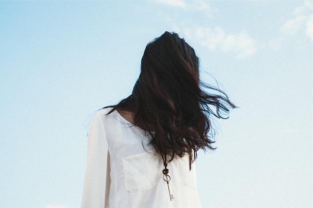 capelli lunghi ringiovaniscono
