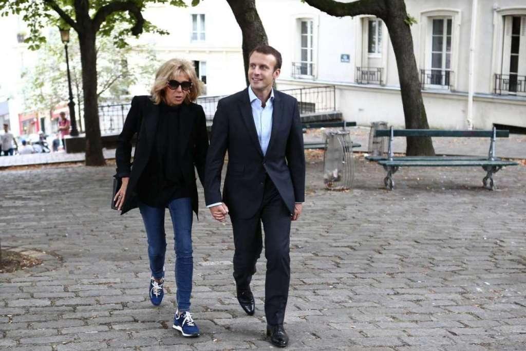 Brigitte Trogneux con jeans e blazer nero