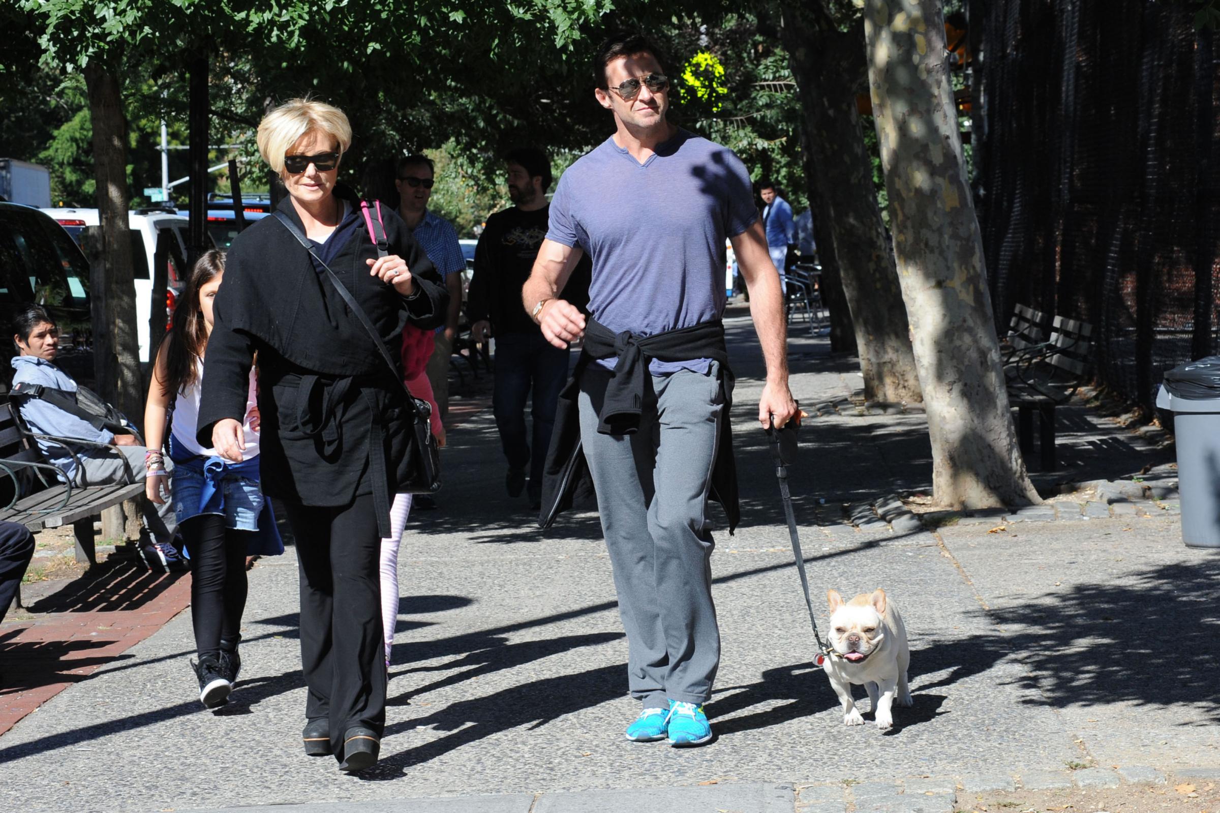 Hugh Jackman con la moglie e il cane, subito dopo footing