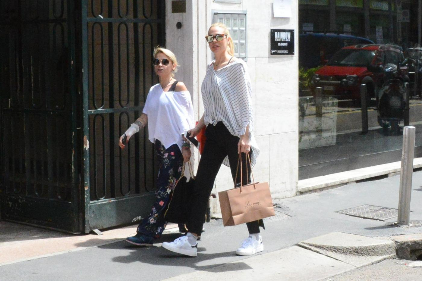 Ilary Blasi a passeggio per Milano con la sua agente