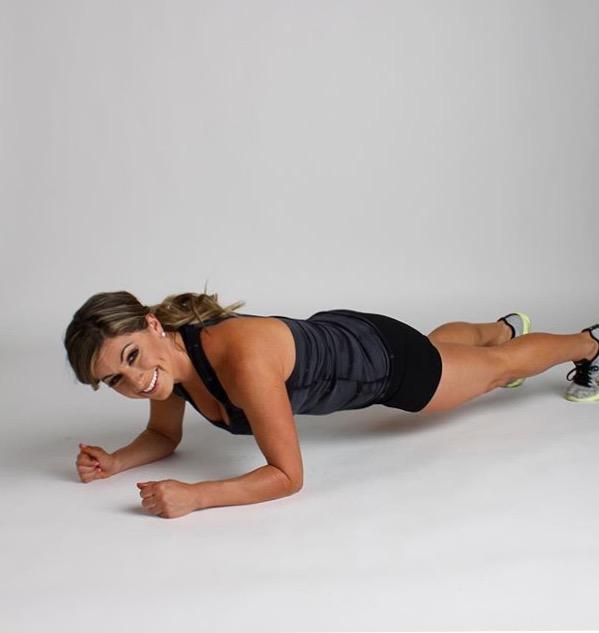 Plank, l'esercizio per gli addominali che funziona: come farlo senza errori