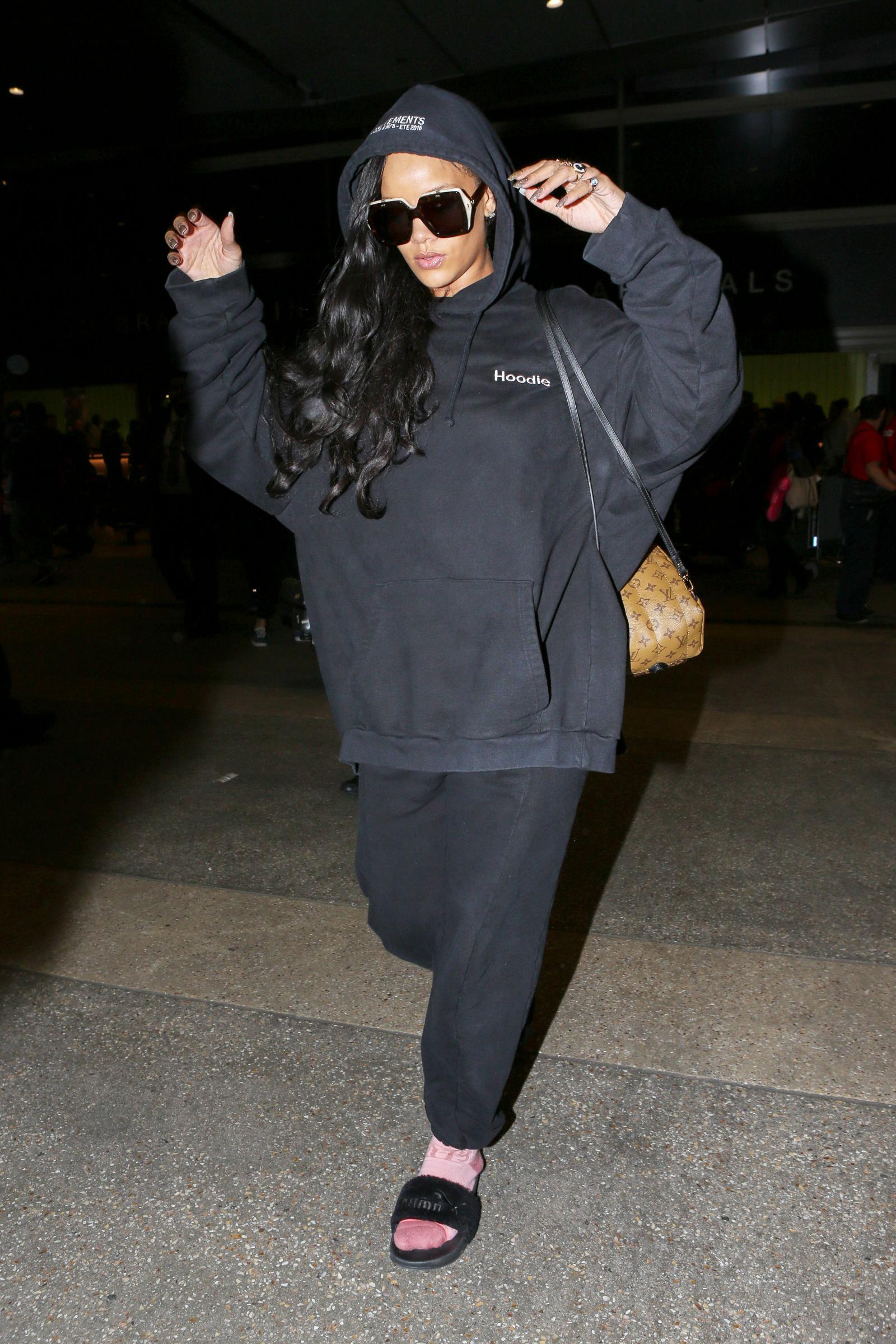 Rihanna arriva a Los Angeles in felpa e ciabatte