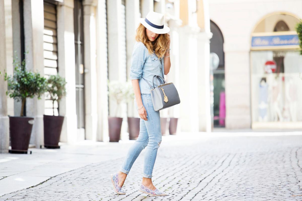 Jeans chiari e camicia abbinata