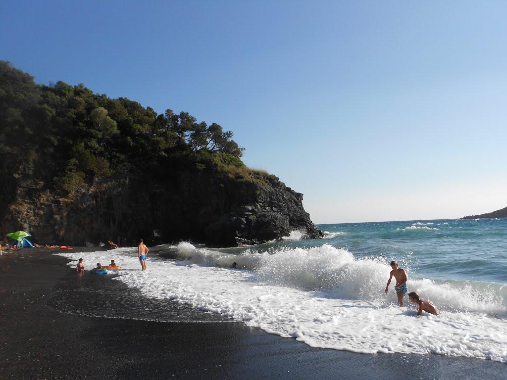 La spiaggia nera di Cala Jannita a Maratea