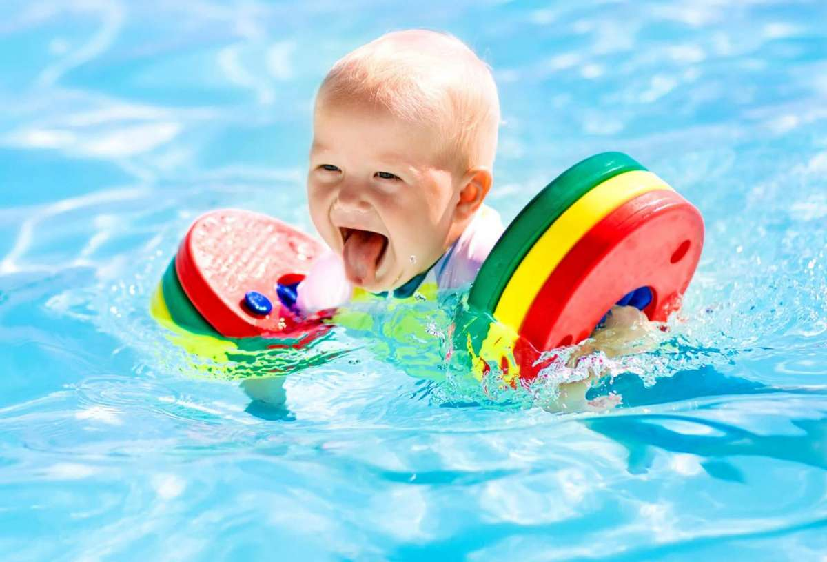 Neonato in piscina: ecco cosa serve