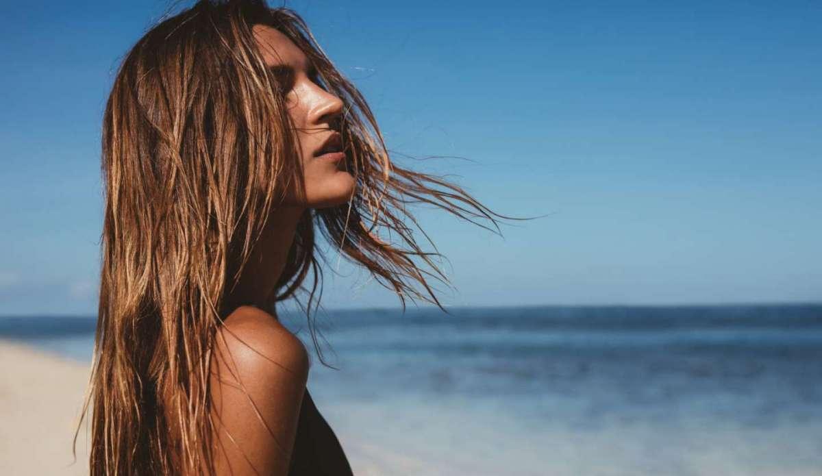 Come proteggere i capelli dal sole e dal mare: i rimedi e i prodotti