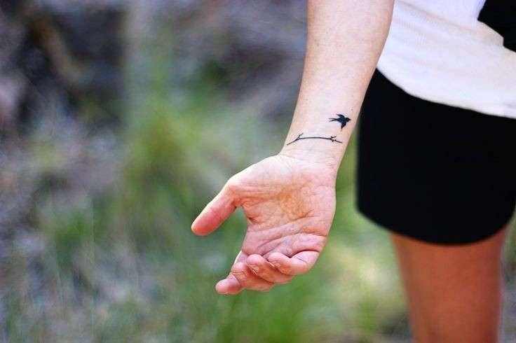 tatuaggio rondine polso