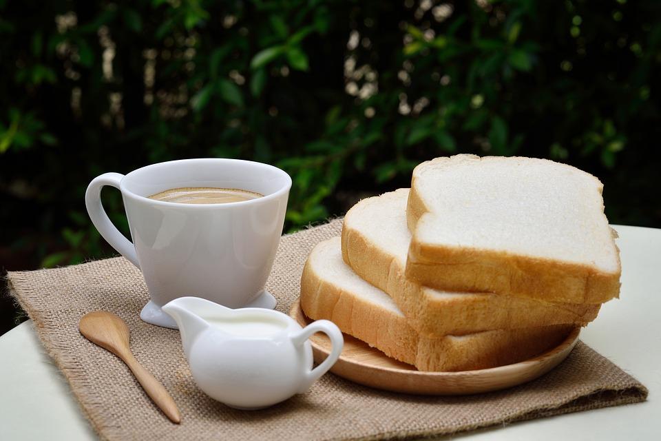 colazione latte fette biscottate