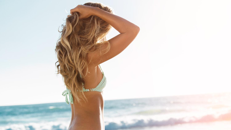 Curare i capelli dopo le vacanze, prodotti e consigli per una chioma perfetta