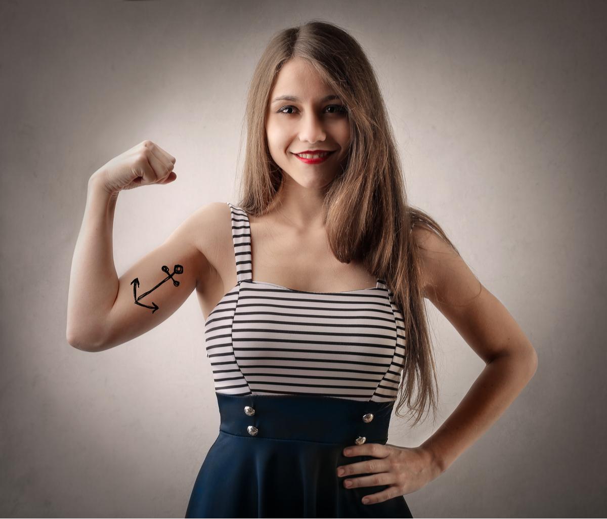 Ragazza con tatuaggio a forma di ancora