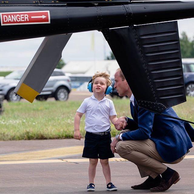 Inginocchiarsi per parlare con i bambini: il metodo educativo del principe William e di Kate Middleton