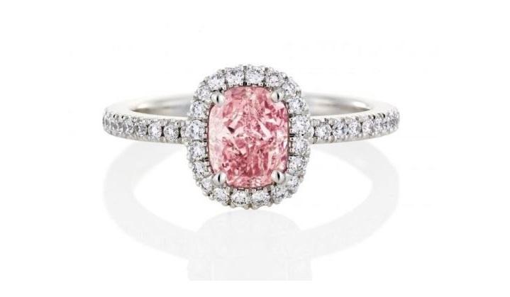 Anello di fidanzamento con diamante rosa De Beers