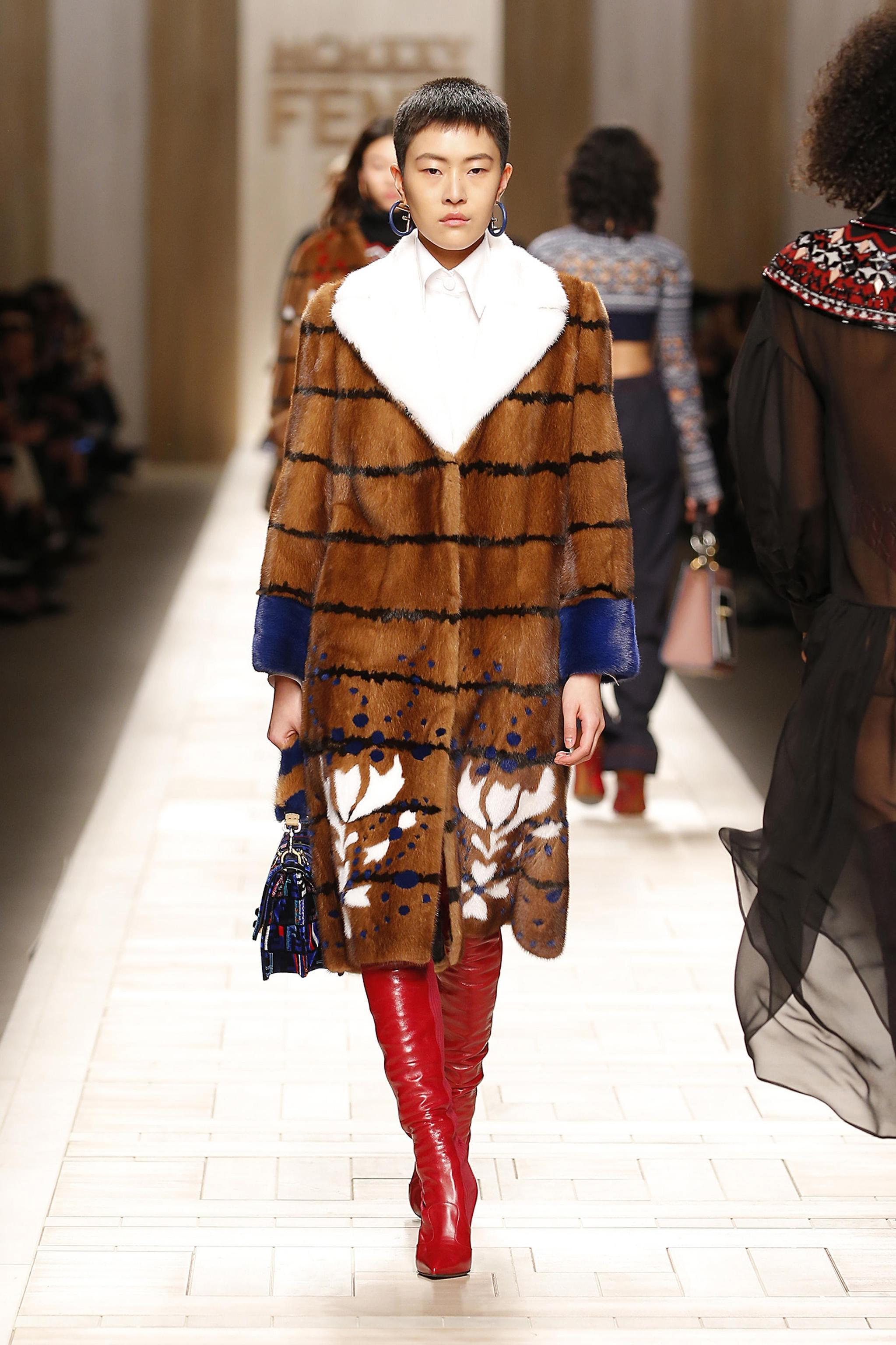Fendi Runway Milan Fashion Week Women's Collections F/W 2017/2018