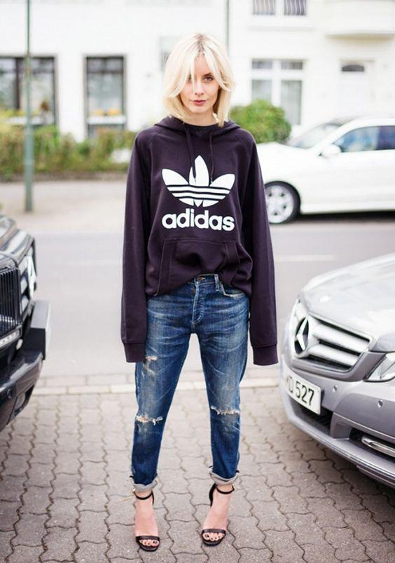 Felpa oversize con cappuccio e jeans boyfriend