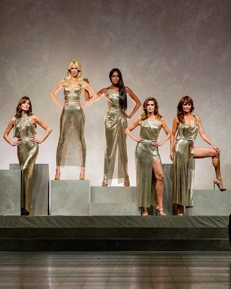 Il quadro finale della sfilata di Versace