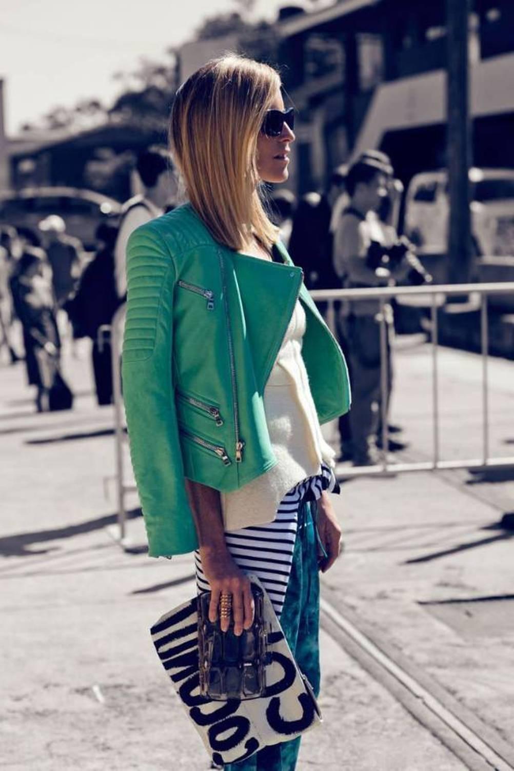 Look con giacca di pelle verde