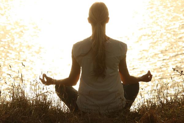 Meditare seduti