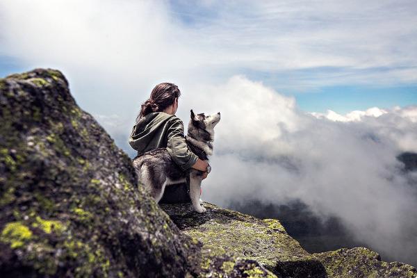 Ragazza montagna cane vacanza
