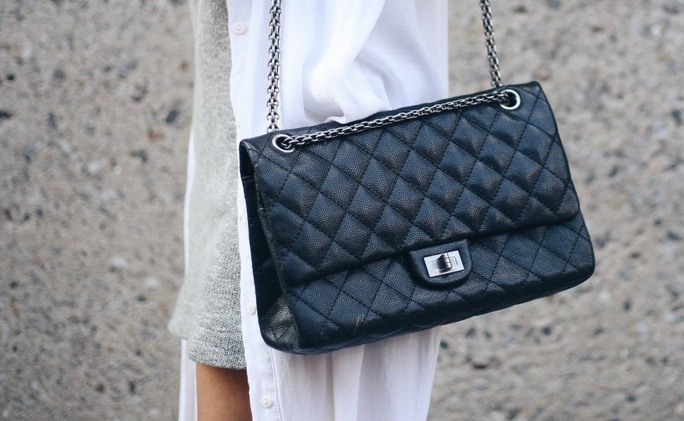 La Chanel Classic Flap Bag fu lanciata sul mercato nel 1955 da Coco Chanel 8ab66c56240