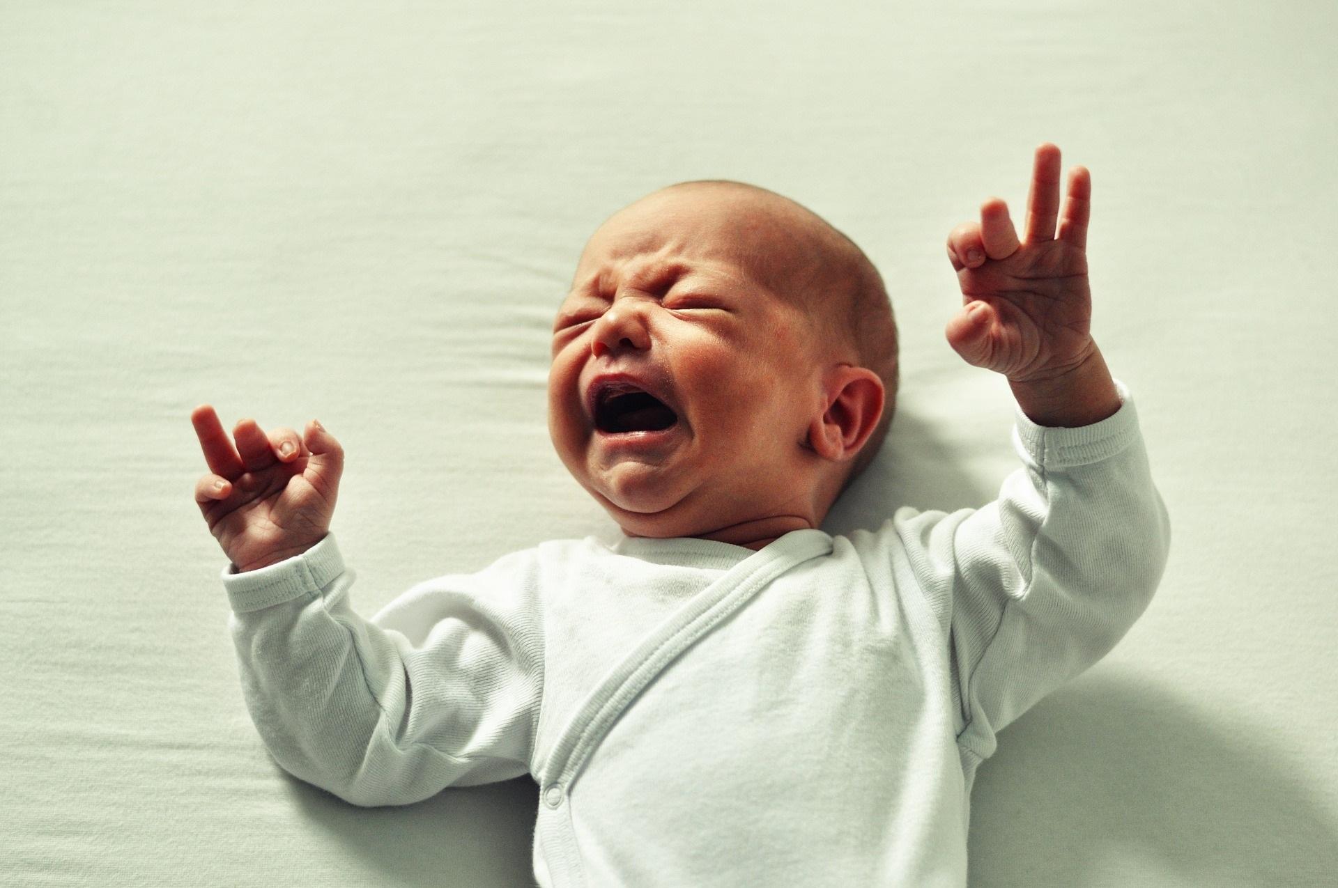 Stitichezza nel neonato: cause e rimedi con allattamento al seno, artificiale e misto