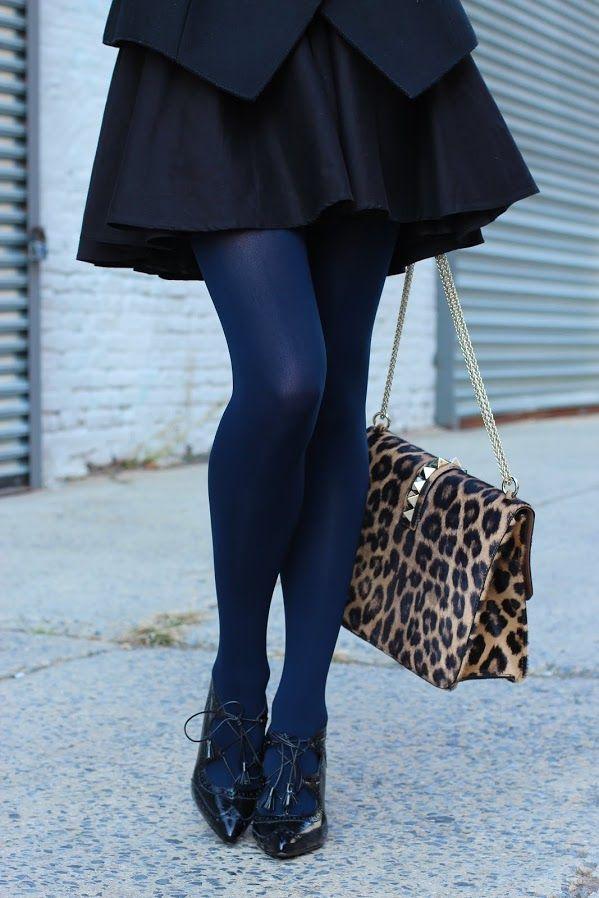 Come abbinare i collant blu alle scarpe basse