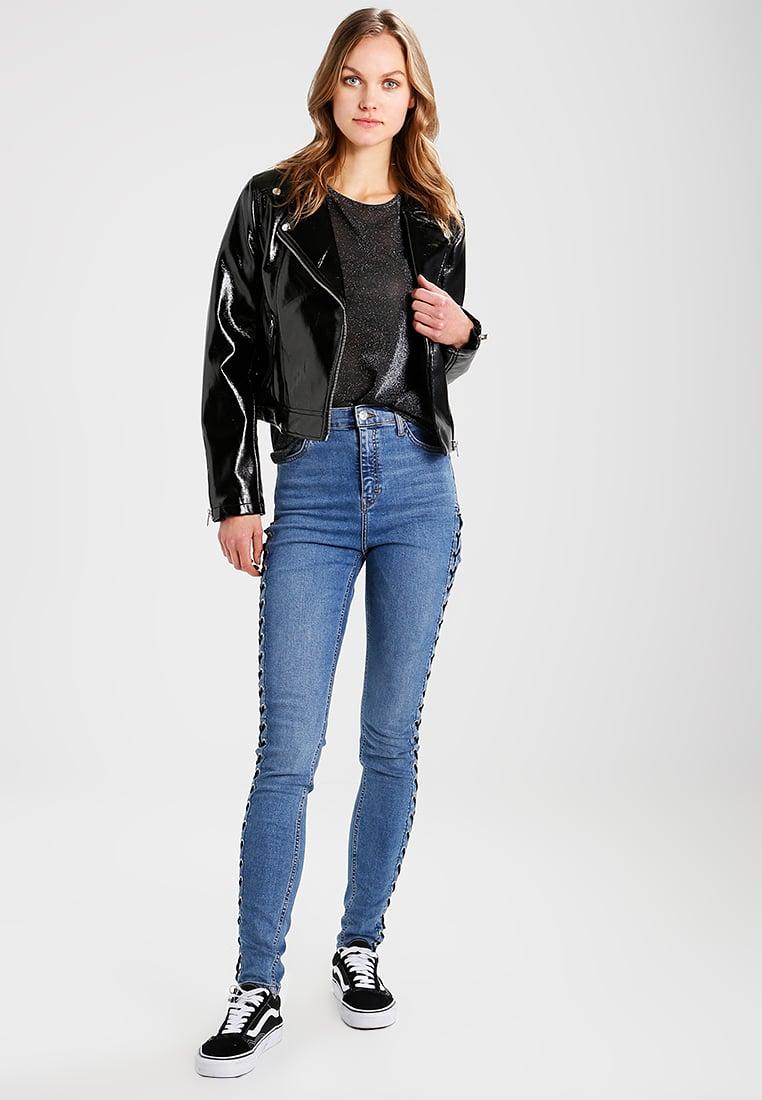 Giacca in vinile Miss Selfridge abbinata ai jeans