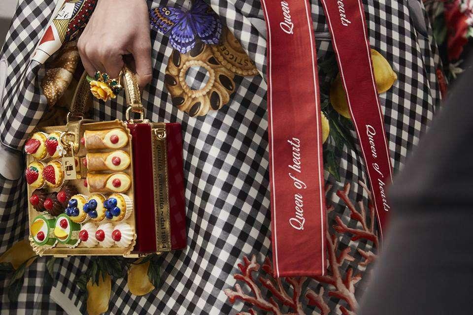 Borsa decorata con pasticcini Dolce Gabbana