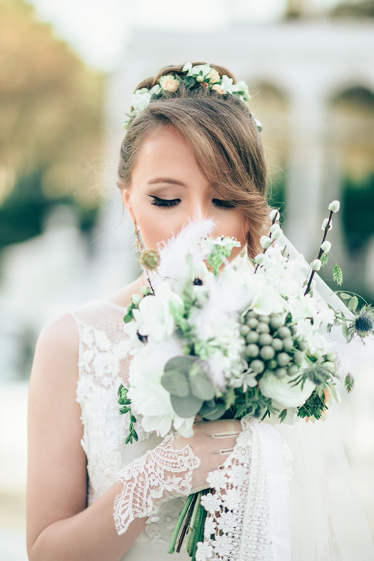 Acconciatura sposa capelli corti con fiori