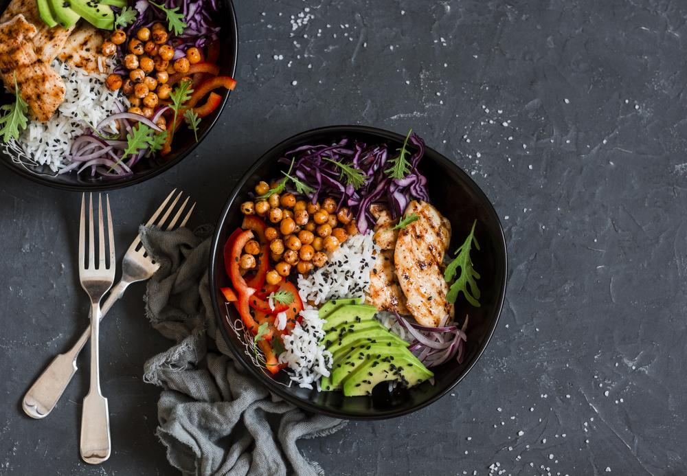 bowl di riso con pollo e ceci