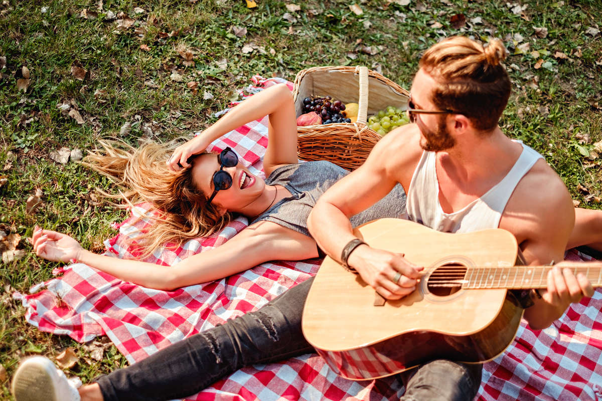 Coppia durante un picnic
